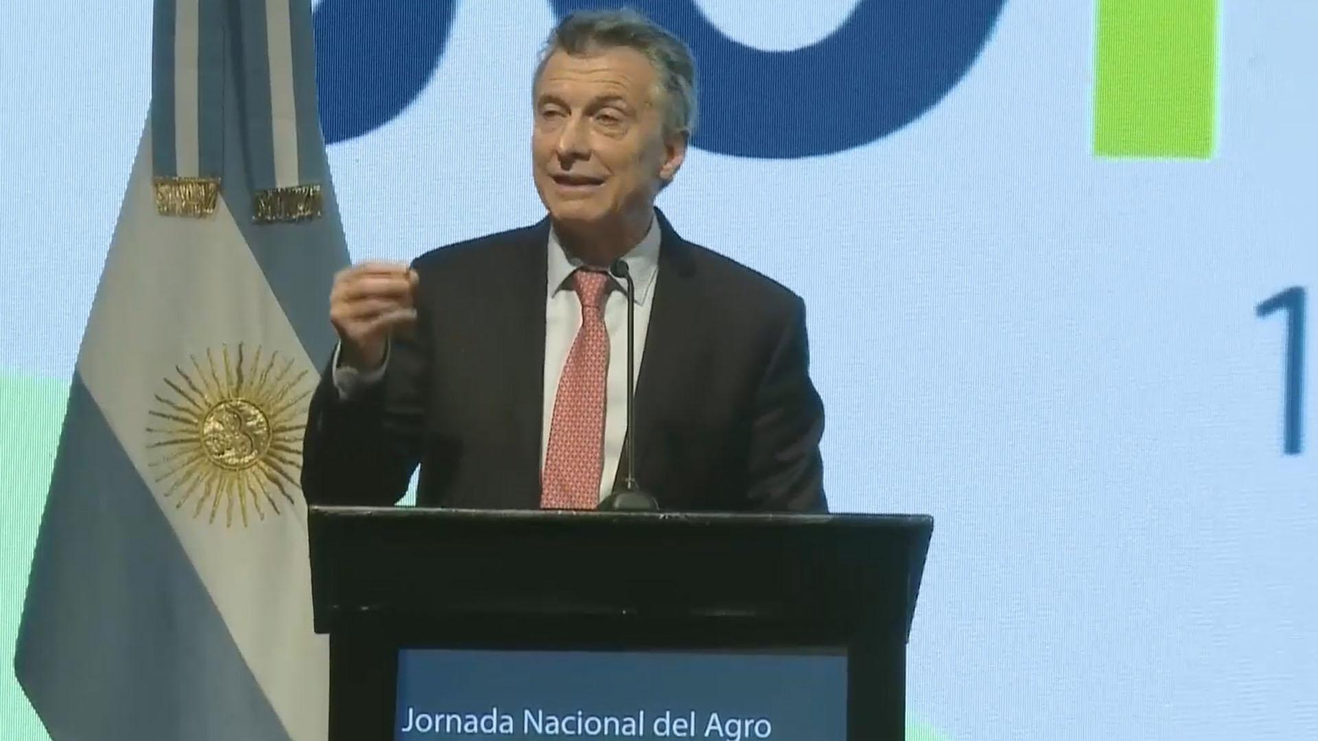Mauricio Macri les prometió a los productores rurales que las retenciones serán temporales